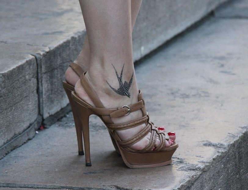 Tatuaggi sul piede e caviglia significati fashion center for Tatuaggi fiori sul piede